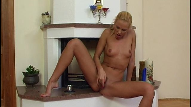 Amazing-blonde-chick-rubbing-and-dildoing-her-bald-quim_01