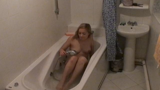 ardent-blond-voyeur-babe-marina-masturbating-pussy-in-bath-tube_01