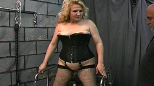 bbw-slave-ass-spanking_01