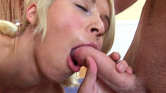 beautiful-blonde-amateur-girl-swallowing-hot-seed-with-lust_01