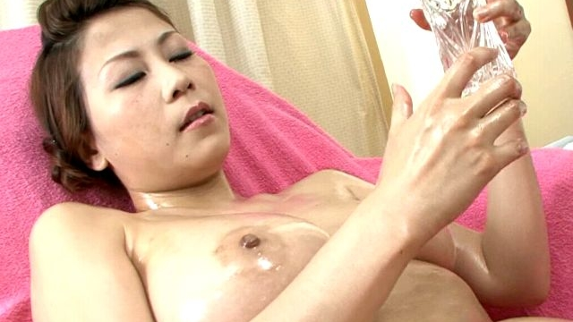 big-breasted-japan-minx-yuki-aida-oiling-her-hot-body-for-you_01-1