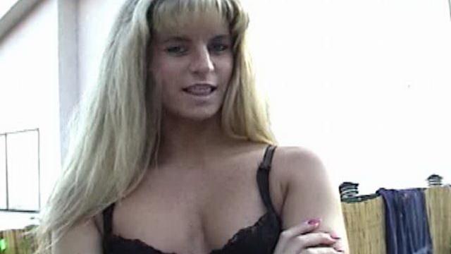 blonde-amateur-bitch-ashly-shy-teasing-with-her-black-bra-in-the-backyard_01