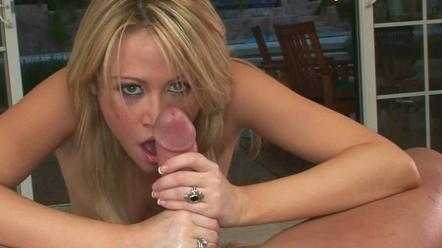 blonde-and-sexy-sindee-jennings-takes-off-her-bra-and-gives-great-oral-sex_01-1