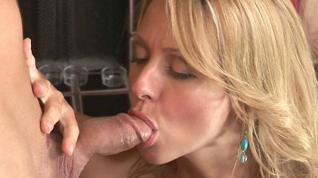 Blonde-briana-beach-turns-this-dick-on-and-makes-it-ready-for-her-pussy_01