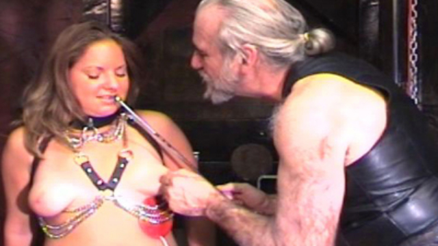 chained-slut-cums_01