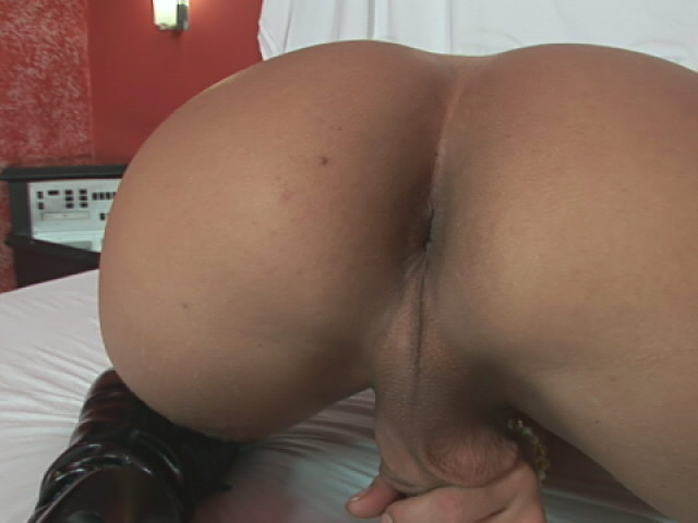 Cheering shemale Valquiria playing with her tight butthole
