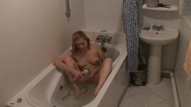 cutie-blonde-voyeur-minx-marina-fingers-wet-quim-in-bath-tube_01