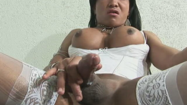 dark-skinned-tranny-with-large-tits-sabrina-washington-wanks-her-enormous-dick_01
