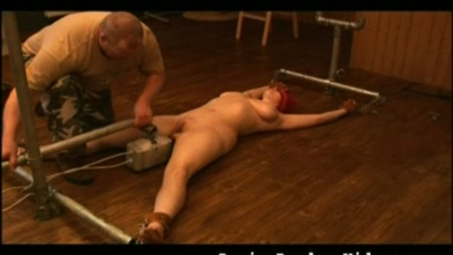 dildo-machine-makes-her-come-twice_01