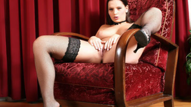 eve-angel-posing-in-stockings_01