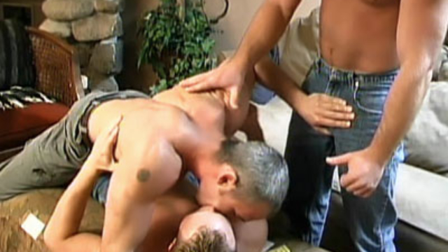 gays-with-muscles-having-a-threesome_01