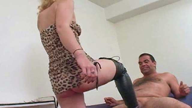 gorgeous-blond-ballbusting_01