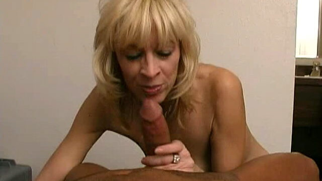 gorgeous-blonde-granny-kari-slurping-a-big-black-dong-on-her-knees_01