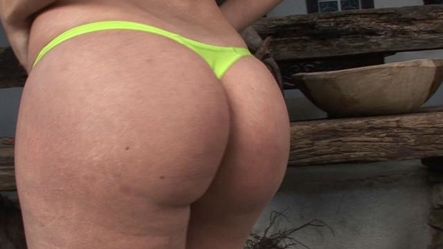 gorgeous-tranny-dani-teasing-us-with-her-green-bikini-and-bubble-butt_01