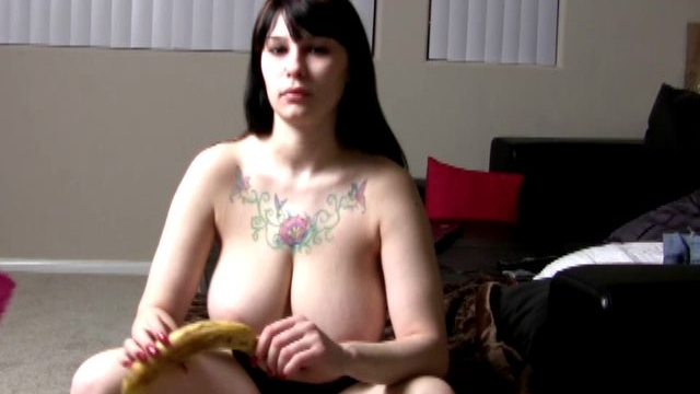horny-and-tattooed-jennique-shows-her-fans-how-she-gives-a-blowjob_01-3