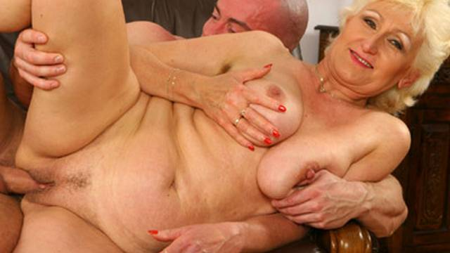 horny-blonde-opens-wide-for-a-fist-fuck_01