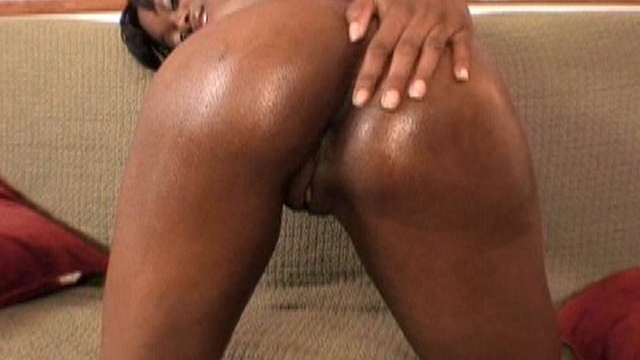 horny-ebony-sex-star-cocoa-shanelle-plays-with-her-sexy-booty_01-1