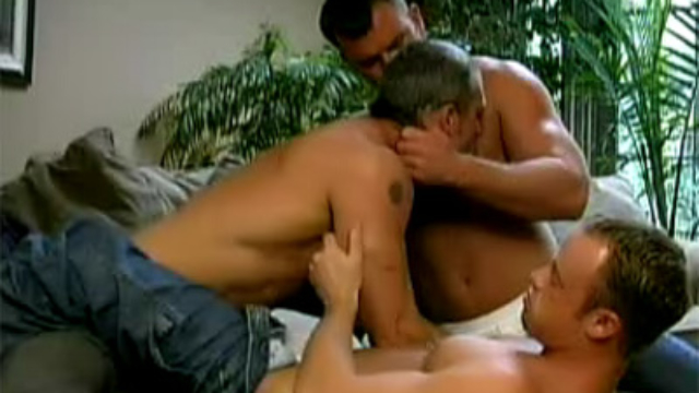 hot-beefcakes-having-a-three-way_01