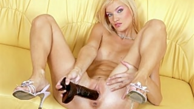hot-blonde-toying-her-cunt_01