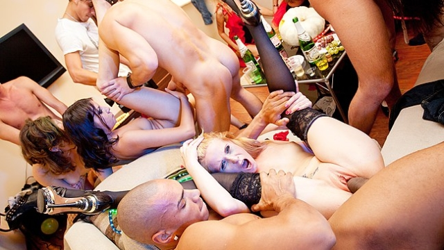 hot-girl-squirting-in-front-of-everyone_01
