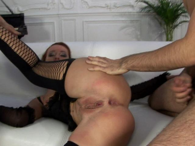 Hottie bitch in stockings getting double fucked on the couch