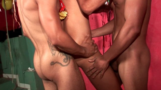 lucky-gay-tony-getting-pounded-by-kaike-montani-and-rick-solares-in-a-hot-threesome_01-1