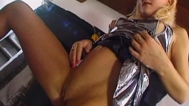 lustful-blond-amateur-honey-rubbing-her-little-bald-cunt_01