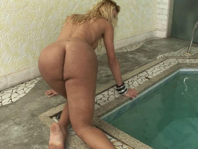 Lustful tranny Grazi rubbing her bubble booty at the poolside