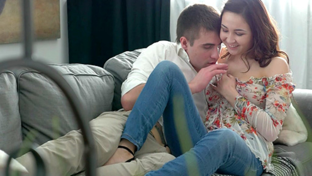 making-out-helped-18-year-old-harper-and-her-guy-prepare-for-her-virgin-sex_01