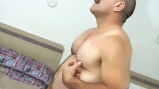 masculine-bear-jerking-off_01