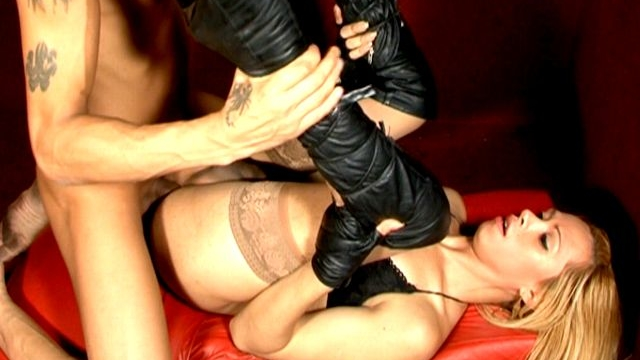 Naughty-blonde-tranny-girl-in-leather-boots-rubia-getting-asshole-fucked-by-a-skinny-bald-stud_01