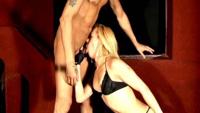 Naughty-blonde-tranny-in-black-bra-rubia-gives-blowjob-to-a-bald-stud_01-1