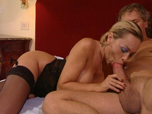 Ponytailed blonde wife in stockings slurps a huge pecker on the couch