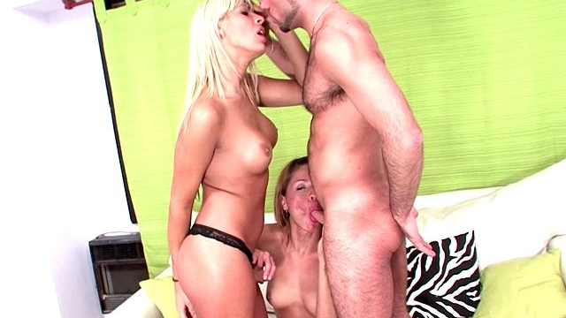 pretty-blonde-shemales-kate-and-melina-sharing-a-thick-shaft-in-a-hot-threesome_01