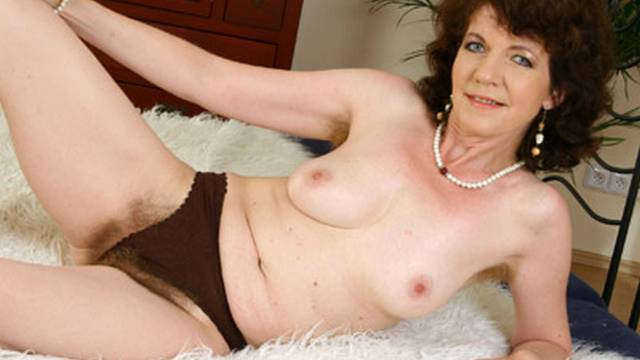 sexy-milf-is-a-mistress-of-self-loving_01