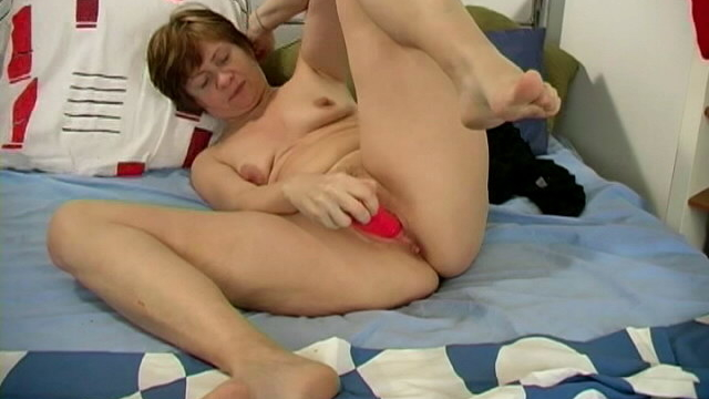 Short-haired-horny-granny-anna-sucking-a-giant-dildo-and-masturbating-her-cooshie_01