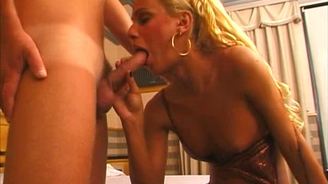 sublime-blond-tranny-bitch-shayanne-sucking-a-big-hard-penis-with-lust_01