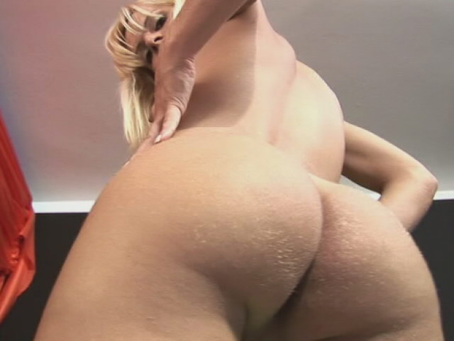 Superb blonde tranny Thays Schiavinato teasing us with her bubble booty