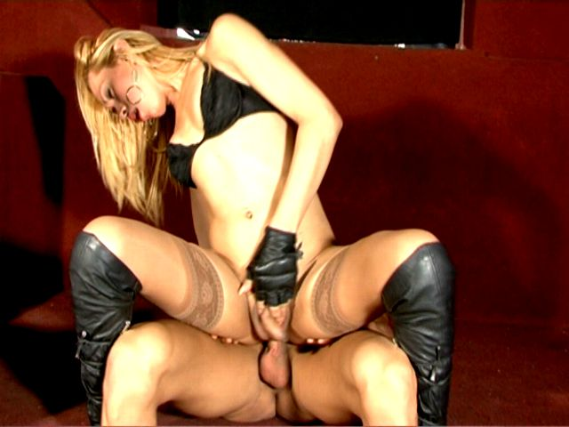 Sweet blonde tranny girl in leather boots Rubia jumping anally a huge shaft