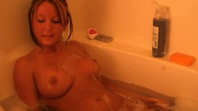 Sweety-exgirlfriend-babe-kayden-washing-her-sexy-tits-in-bubble-bath_01