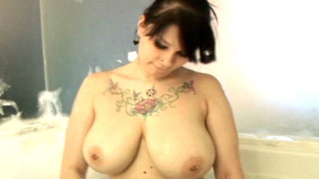 tattooed-brunette-young-ex-girlfriend-jennique-washing-her-big-natural-breasts_01