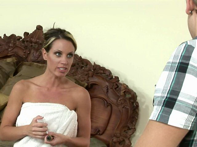 Tattooed milf harlot Tessa West slurping a thick shaft on her knees