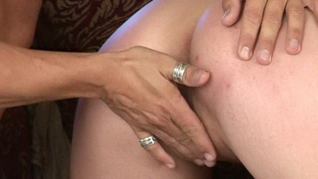 Tempting-brunette-mature-whore-gianna-michaels-gets-pussy-fingered-and-licked-on-the-couch_01
