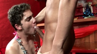 Ultra sexy twinks Kaike Brito And Luiggi Knowles sucking their huge dicks at the bar