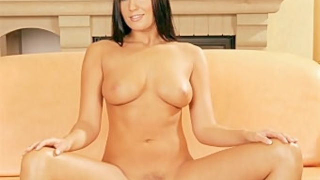Veronica-exposes-her-sweet-spot_01